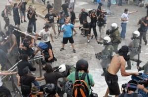 ΣΥΝΤΑΓΜΑ:Κρότου λάμψης έριξαν τα ΜΑΤ.Ο κόσμος ατάραχος!